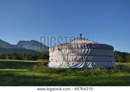 Yurta con Ben Nevis en fondo