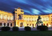 Постер, плакат: Венский Хофбург Императорский дворец в ночь Австрия