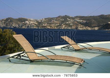 Sillas de piscina en el agua