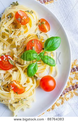 Spaghetti With Blue Cheese, Tomatoes And Basil