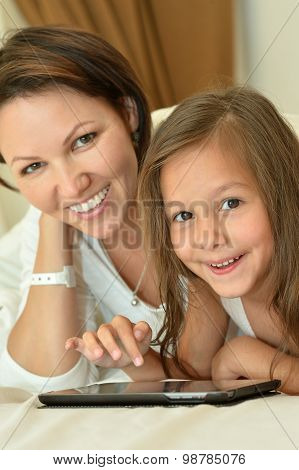 Mother with daughter with table pc