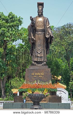 statue of Ly Thai To