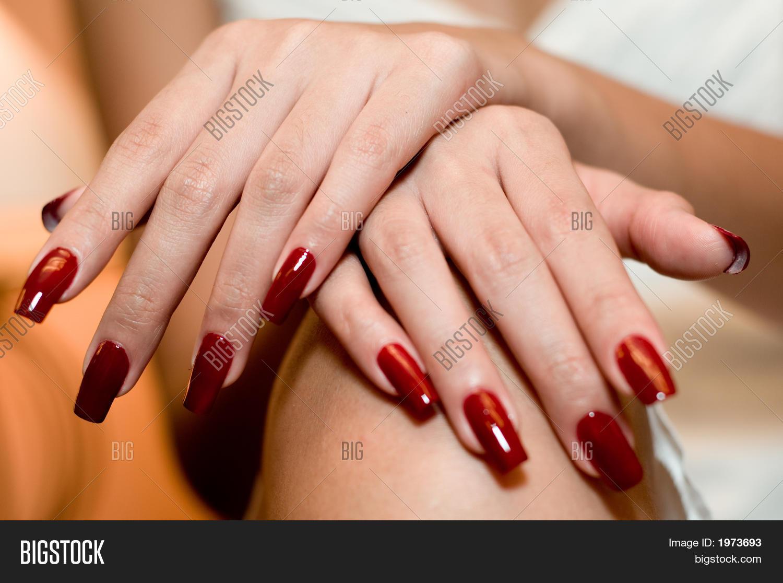 Ногти нарощенные красные