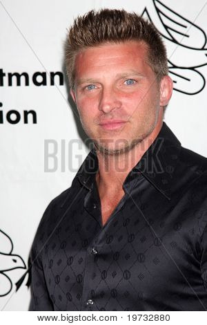 LOS ANGELES - 9 de outubro: Steve Burton chega em benefício para o Desi