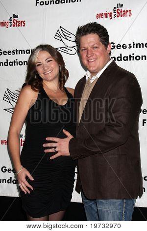 LOS ANGELES - 9 de outubro: Derk Cheetwood & esposa chega ao benefício para