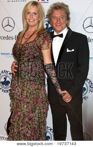 LOS ANGELES - OCT 23:  Penny Lancaster, Rod Stewart arrives at the 2010 Carousel of Hope Ball at Beverly HIlton Hotel on October 23, 2010 in Beverly Hills, CA