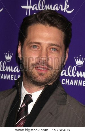LOS ANGELES - 7 de JAN: Jason Priestley, Luke Perry chega no Hallmark Inverno 2011 TCA Party em T