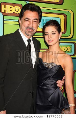 BEVERLY HILLS - 16 de JAN: Joe Mantegna, Gia Mantegna chega na HBO Golden Globe Party 2011 no Cir