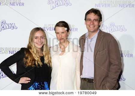LOS ANGELES - FEB 8:  Robert Sean Leonard, niece, and wife arrive at the