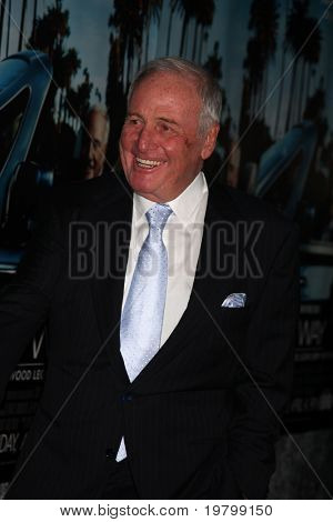 "LOS ANGELES - 22 de MAR: Jerry Weintraub chega a HBO ""His Way"" Los Angeles Premiere no Páramo"