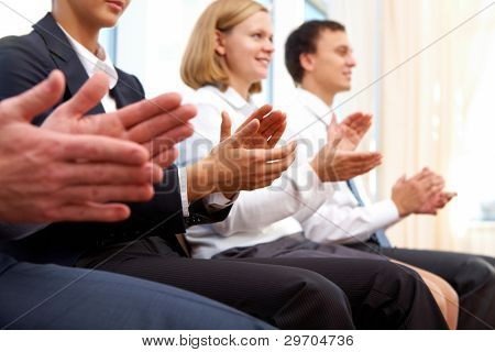 Foto de socios de negocio las manos aplaudiendo en reunión