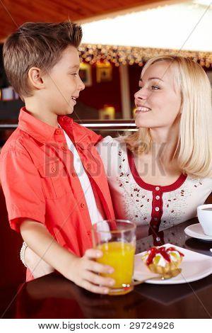 Mutter und Sohn verbringen Zeit zusammen in einem gemütlichen Café