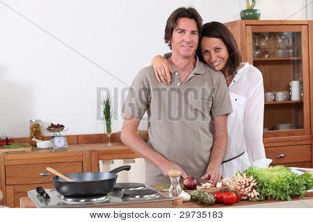 paar Vorbereitung Abendessen in der Küche
