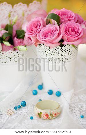 tabla de la hermosa boda decorada con las flores