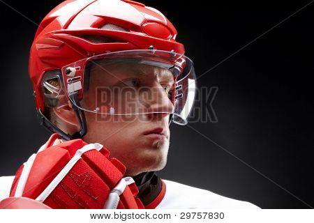 Retrato de un jugador de hockey contra el fondo negro