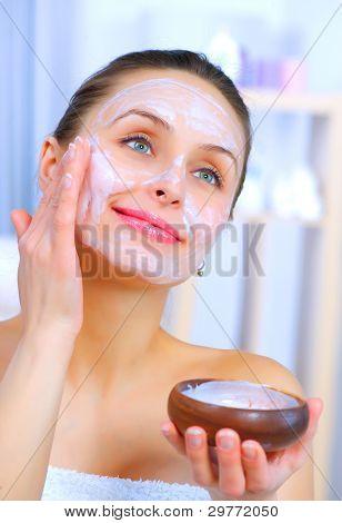 Hermosa mujer aplicar Mascarilla Facial casera Natural