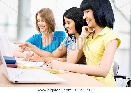 Glückliche Gruppe von jungen Studenten zusammen in einem college