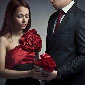 Постер, плакат: Портрет молодой элегантный пары в любви