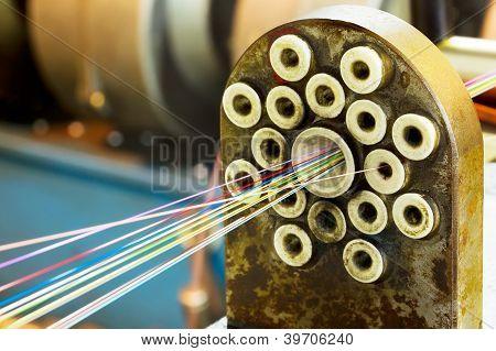 Fragmento de filamentos de conexiones de fibra óptica en la vieja máquina de Cable