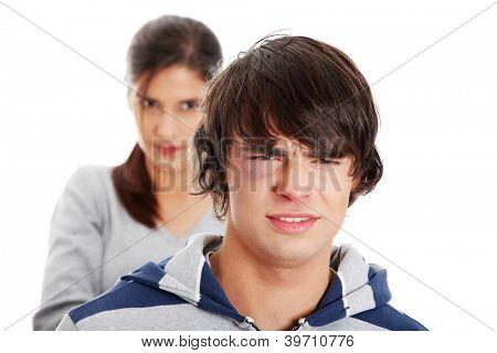 Junge caucasian Mann stand vor böse Junge Frau verprügelt. Paar kämpfen. Isoliert am Pfingstmontag