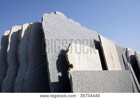 Cortar piedras piezas de mármoles con cielo en el fondo