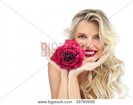 Retrato de atractivo caucásico Rubio de mujer sonriente aislado en labios rojos de rosa blanca studio disparó, a
