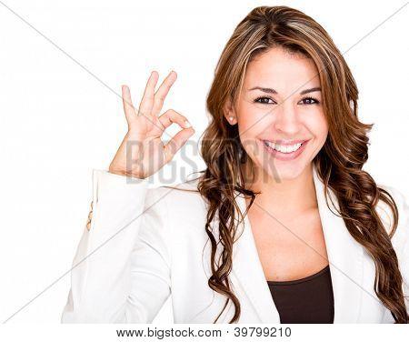 Empresária feliz fazendo um sinal de ok - isolado sobre um fundo branco