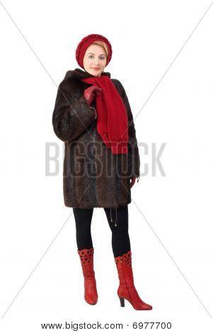 La mujer hermosa en un abrigo de piel