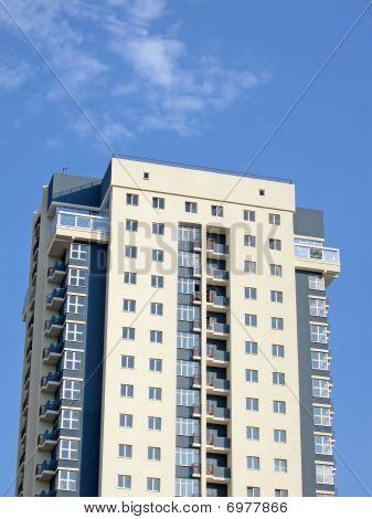 städtischen moderne gelbes grau Neubau, blauer Himmel, Wolken, Zement