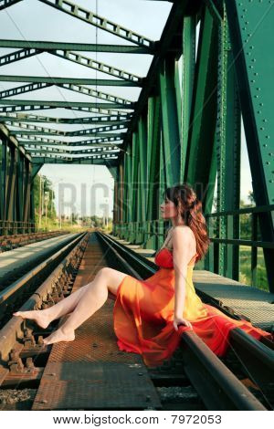 Mujer joven en carril