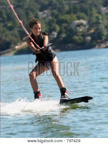 Chica wakeboarding en el lago