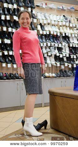 Frau an Schuhe shop