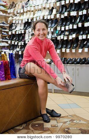 Frau versucht Schuhe Schneeschuhmiete