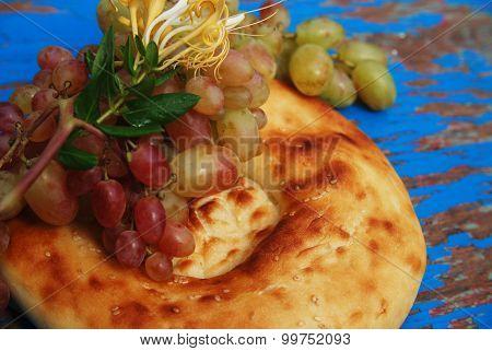 Tandoor bread, grapes and honeysuckle flower