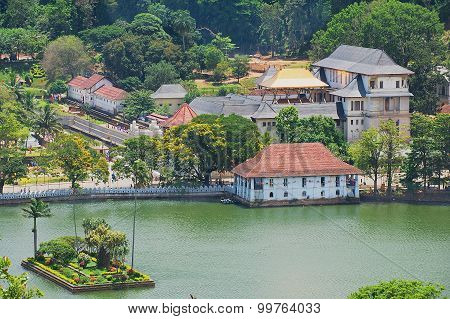 iew to the Temple of the Tooth with golden roof reflecting the sun in Kandy, Sri Lanka.