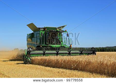 John Deere Combine S670I Harvests Barley