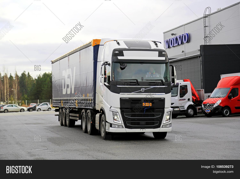 white volvo fh 500 semi truck demo image photo bigstock. Black Bedroom Furniture Sets. Home Design Ideas