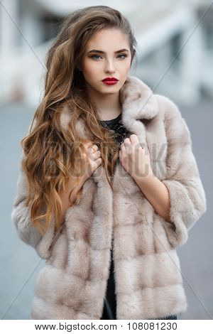Autumn photo shoot in the city for a beautiful woman