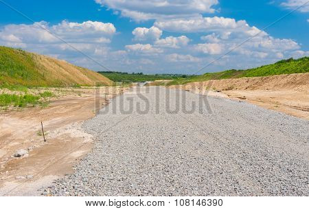 Macadam layer on an unfinished highway