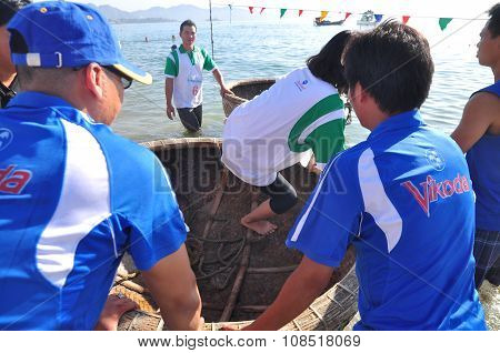 Nha Trang, Vietnam - July 14, 2015: Fishermen Are Ready For A Basket Boat Racing In The Sea Of Nha T