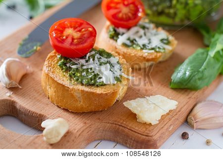 Toasts with pesto sause and tomatoes