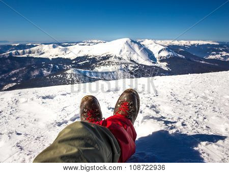 Hiker's legs relax duridg winter hiking