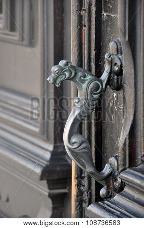 Decorative door handle in the form of a lion