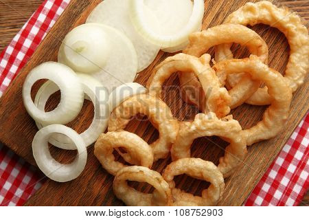 Chips rings with onion on cutting board closeup