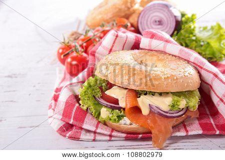 bagel with smoked salmon and salad