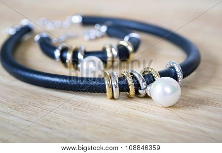 Leather necklace and bracelet with pearl.