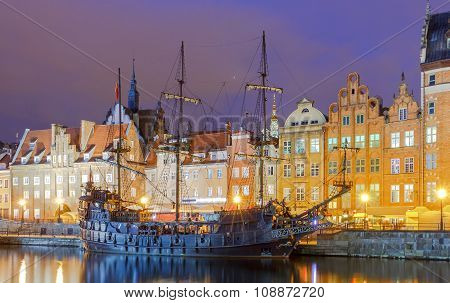 Gdansk. Embankment at night.