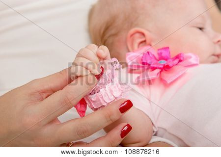 Mum Holds The Handle Of His Two-month Daughter