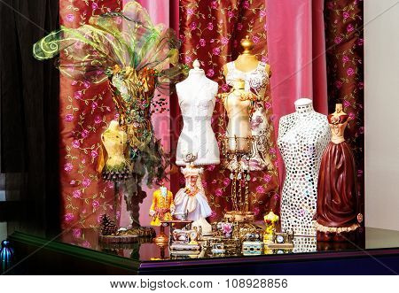 Table with mannequins