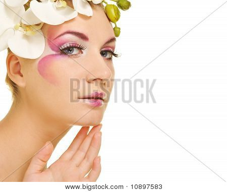 Foto de una hermosa mujer con maquillaje creativo